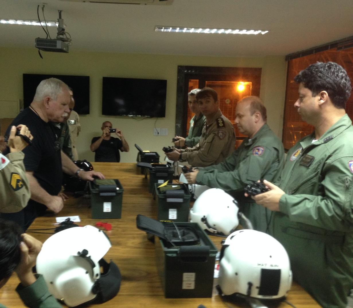 Militares do Btl RpAer  recebendo treinamento para operação dos óculos de visão noturna