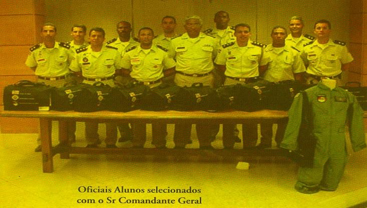 A 1ª Geração de Oficiais Pilotos do GRAER recebendo o kit piloto em Agosto de 2004.