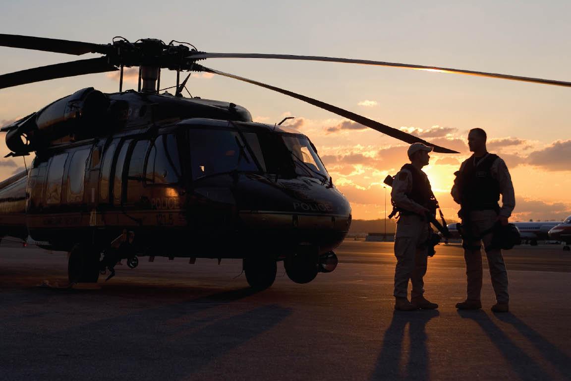 Pilotos da aeronave UH-60 Black Hawk da CBP, preparam-se para realizar patrulhamentos matinais sobre Washington, DC. Foto: CBP