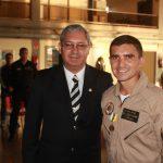 Foto: Ten Cel Ronaldo de Assis, presidente da AOPMBM condecorando o 2 Sgt Guilherme, condecorado com a Medalha de Merito Militar grau Bronze.