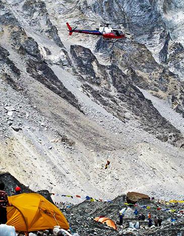 Simone Moro pilota seu helicóptero durante resgate no alto do Everest