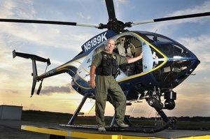 O gerente da unidade de Aviação da Polícia do Condado de Gwinnett, Lou Gregoire, próximo a um dos helicópteros da unidade no Aeroporto de Gwinnett, em Briscoe Field, Lawrenceville, após retornar do serviço. (Foto: David Welker)