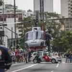 Helicóptero Águia da Polícia Militar pousa nas ruas de São Paulo para resgatar vítimas na tarde desta segunda-feira (18). Ambos os feridos foram levados para o Hospital das Clínicas, na região oeste da capital paulista Foto: Chello Fotógrafo - 18/05/2015 - Estadão Conteúdo