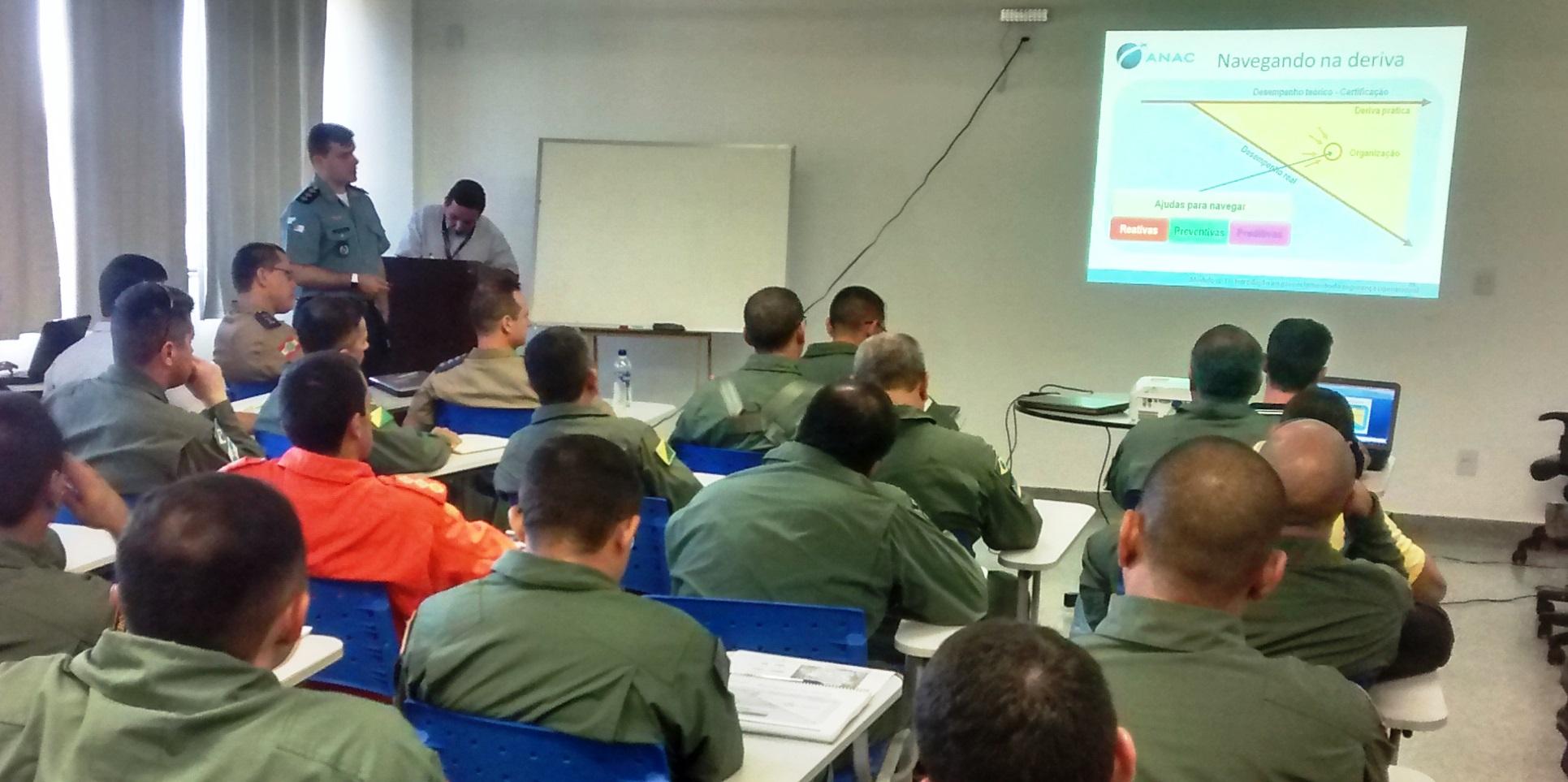 Cap PMERJ Luiz Sérgio ALVES Pinto, Gestor de Segurança Operacional do Grupamento Aeromóvel - GAM, da PMERJ, como instrutor de um dos módulos do curso.
