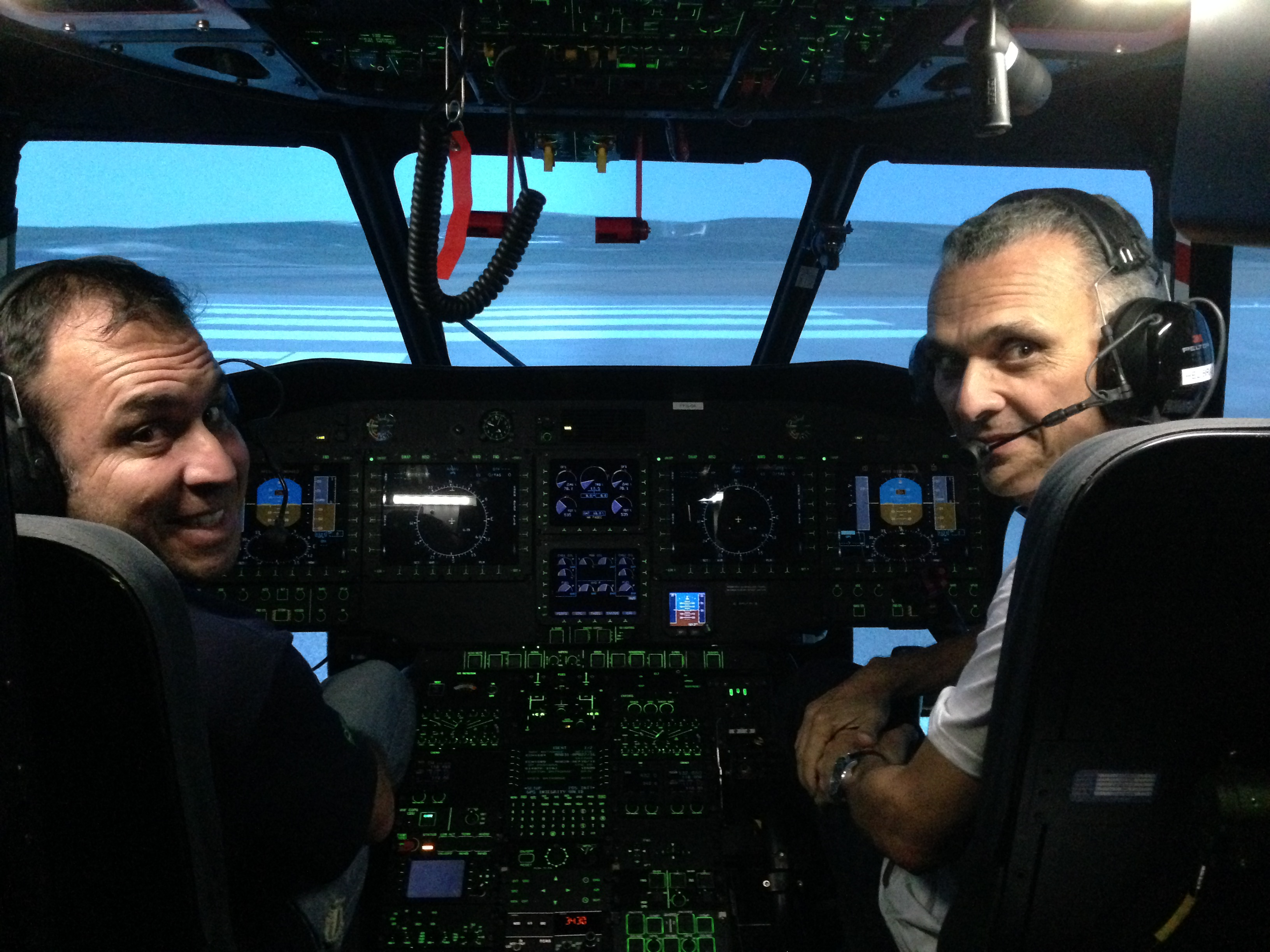 Pilotos do mercado offshore em treinamento no simulador da empresa. Helibras/divulgação