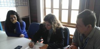 Maria Goretti Oliveira, Secretaria Municipal de Saúde de Itajubá, assina o acordo na fábrica da Helibras. Crédito: Helibras/ Divulgação