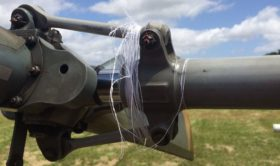 linha de pipa enrolada no rotor de cauda do helicóptero esquilo.