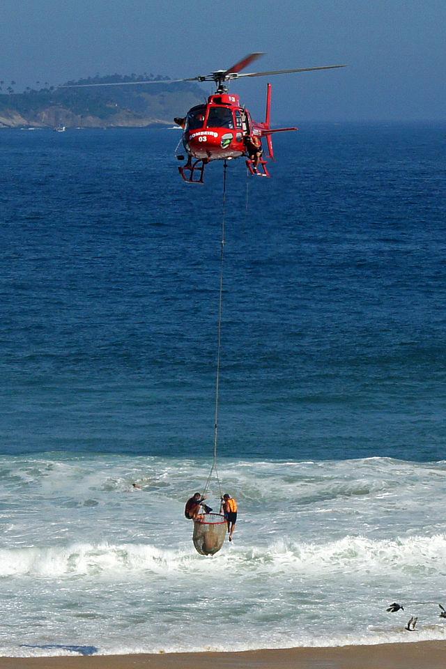Resgate do helicóptero do Corpo de Bombeiros do Rio de Janeiro na praia de Ipanema.
