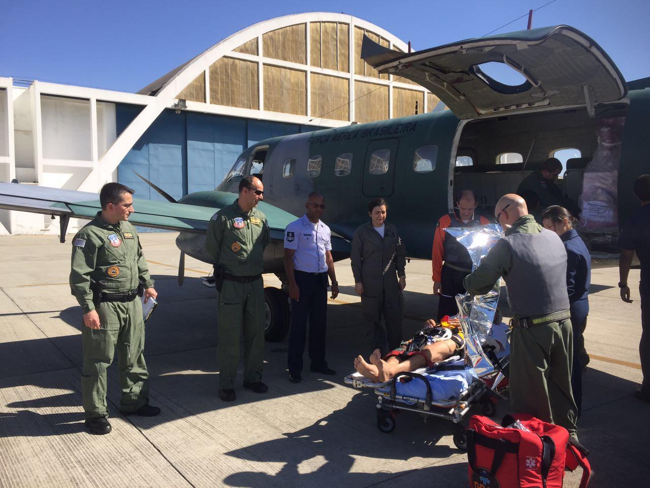 Ação conjunta da FAB e da Polícia Militar viabiliza remoção aeromédica de policial militar.