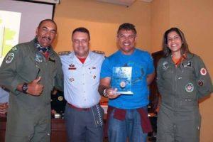 Cel Eduardo do Bombeiro de São Paulo premiando pessoal do Ciopaer do Ceará
