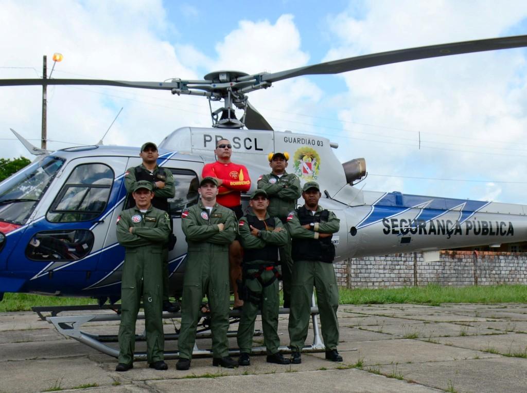 A equipe do helicóptero Guardião 3, do Grupamento Aéreo de Segurança Pública (Graesp) está atuando na Operação Verão, em conjunto com o Corpo de Bombeiros, Polícia Militar e Polícia Rodoviária, nas ocorrências registradas pelo Núcleo de Operações Integradas de Salinópolis. De acordo com o 1º piloto, tenente coronel do Corpo de Bombeiros Marlon Francez, a equipe do guardião 3 está atendendo as ocorrências em toda a região nordeste do estado, e está habilitada a fazer salvamentos e também atuar de forma ostensiva. FOTO: MAJOR MÔNICA VELOSO / ASCOM CBMPA DATA: 10.07.2016 SALINAS - PARÁ