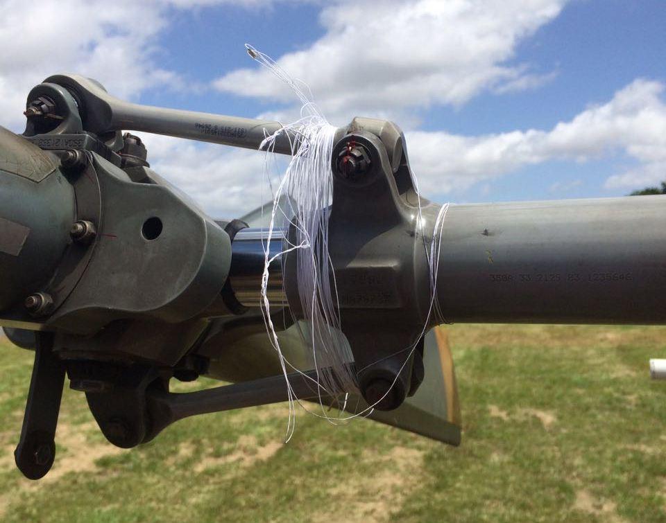 linha de pipa enrolada no rotor de cauda do helicóptero