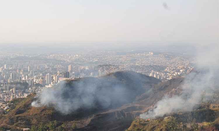 Labaredas se propagaram em duas grandes áreas na Serra do Curral, em Belo Horizonte. Bombeiros mobilizaram 30 militares para combate e pediram apoio de avião da PM (foto: Gladyston Rodrigues/EM/DA Press)