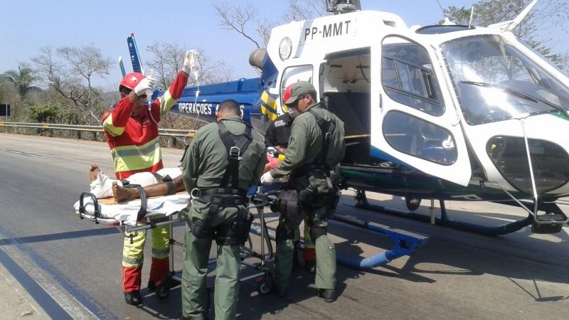 Carreta pega fogo na BR-364 e motorista é resgatado pelo Ciopaer/MT