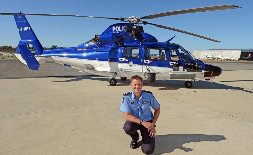 Inspetor Peter Scott com um helicóptero da polícia no hangar da Police Air Wing em Jandakot, WA, Austrália, em 2012. Foto: Ian Munro, The West Australian