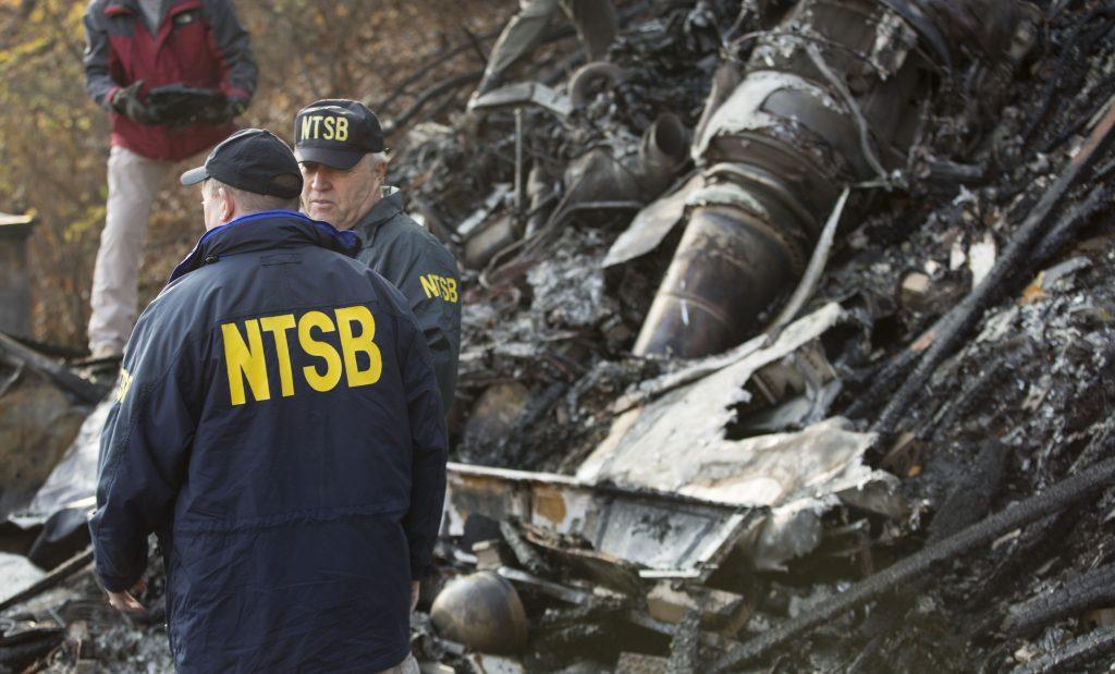Investigadores de acidente aéreo do NTBS no local do acidente ocorrido em novembro de 2015. Um Hawker 125-700 colide com um prédio em Akron, Ohio, EUA. Foto: NTSB.
