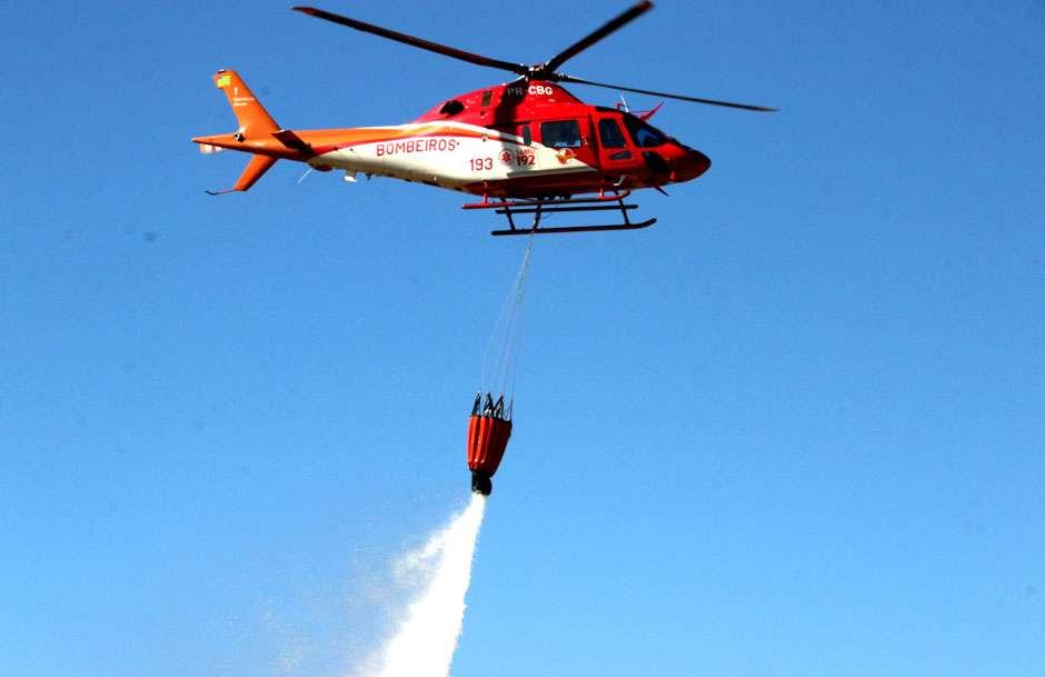 helicóptero bombeiro 1 combate incendio