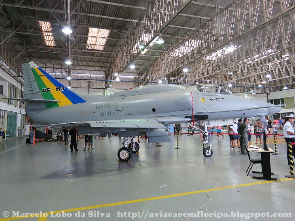 12 aviões do Esquadrão VF-1 (9 monopostos e 3 bipostos) estão sendo modernizados pela Embraer. Na foto, o primeiro entregue à Marinha e que infelizmente foi perdido em um acidente no litoral fluminense, no mês passado.