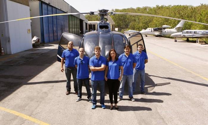 Equipe. Rafael Marzullo (à frente), Natália Gomes e pilotos do Ipaer no Aeroporto de Jacarepaguá - Luiz Ackermann / Agência O Globo