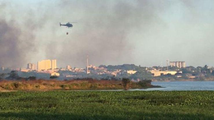 Helicóptero é utilizado para apagar incêndio no Parque do Cocó (Foto: Demitri Túlio/ O POVO)