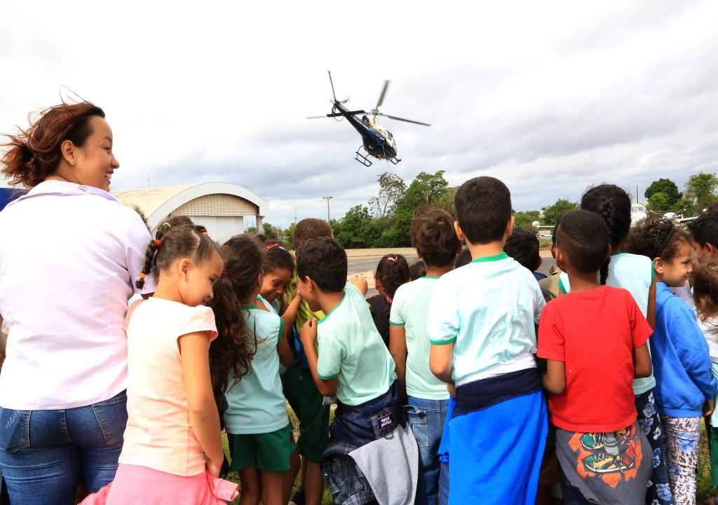 Aeronaves encantam crianças durante visita a hangar do Ciopaer