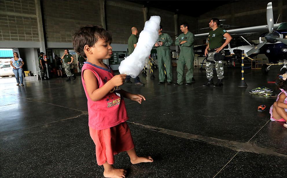 Comemoração reúne crianças no hangar do Ciopaer para manhã de festa
