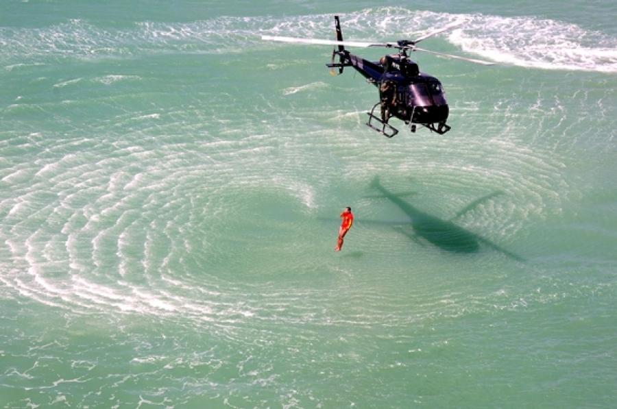 Grupamento Aéreo durante treinamento de salva-vidas para saltos de emergência de socorro a vítimas de afogamento