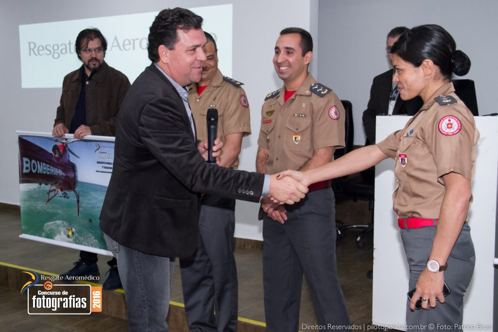 Eduardo Beni, Editor do Piloto Policial cumprimentado equipe do GOA CBMERJ - Piloto Policial © Patricia Bruni -- NAVi Militar