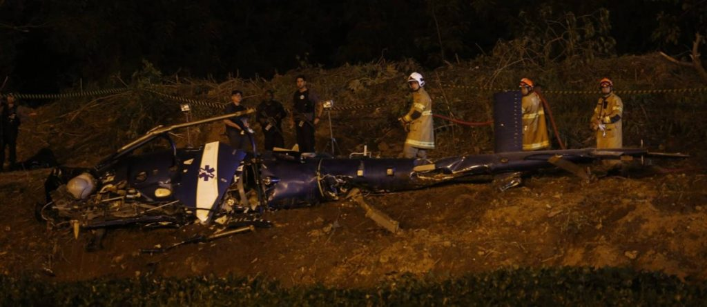 Helicóptero da PM é derrubado durante confronto com bandidos na Cidade de Deus - Marcelo Carnaval / Agência O Globo