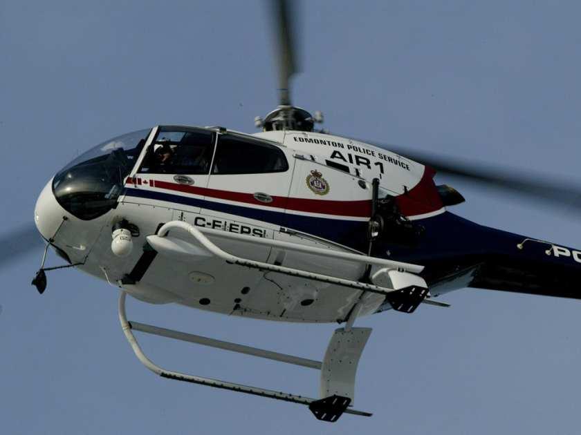 Pessoas observam o helicóptero do Serviço Policial de Edmonton, Air-1. A polícia quer substituí-lo por um novo helicóptero. BRUCE EDWARDS/POSTMEDIA NEWS