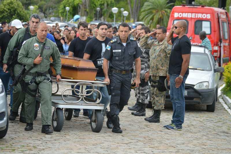 Dezenas de colegas da corporação acompanharam enterro do corpo ontem, em Vista Alegre Foto: Luis Nicolella