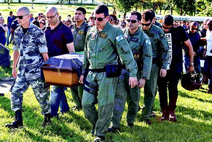 Major Melo foi enterrado no Jardim da Saudade de Sulacap. Uma das filhas do militar recebeu bandeira da comandante Clarice Antunes Marcio Mercante / AG. ODIA