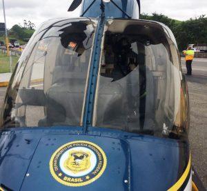 Helicóptero da PRF faz pouso forçado na após bater em urubu