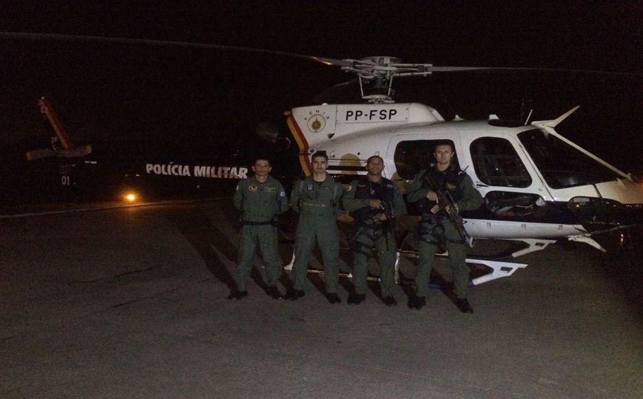 Tripulação do dia 14 de janeiro de 2017 nas 10.000 horas de voos. (Da esquerda para direita: piloto Capitão Pereira Silva, co-piloto Capitão Bolentini, tripulantes operacionas Cabo Varela e Galdine)
