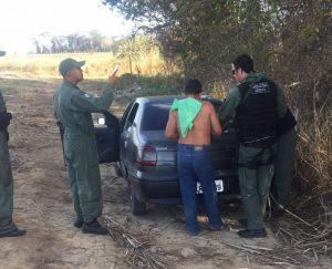Osano (com a camisa nas costas) foi detido (Foto: Ascom / SSP-AL)