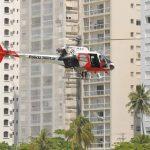 Jovem foi retirada do mar pelo helicóptero Águia, da Polícia Militar (Foto: Daniel Cruz/Arquivo Pessoal)