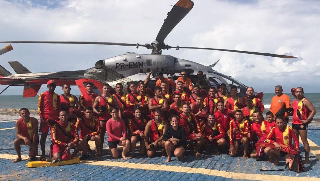 Guarda-vidas treinam técnicas de desembarque de aeronave no mar