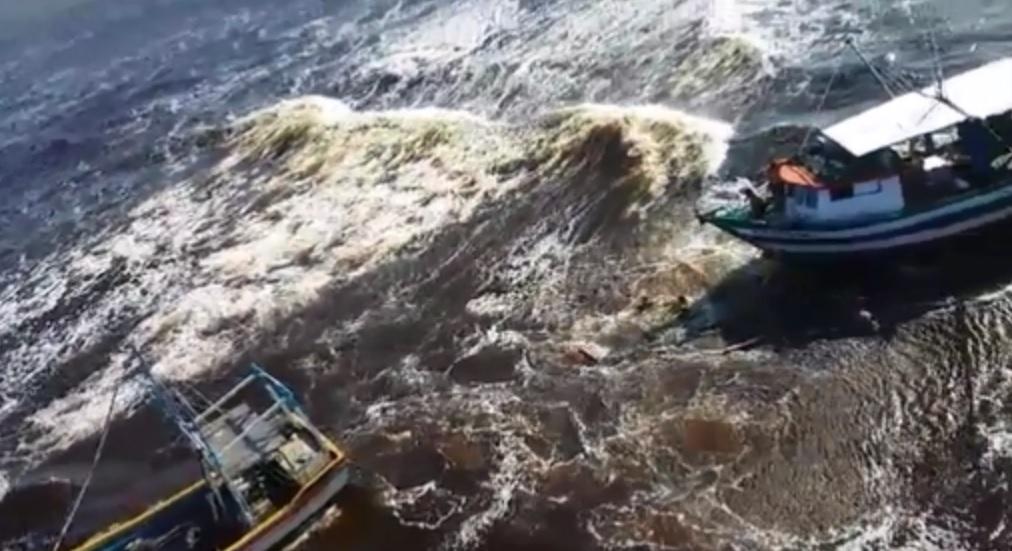 Águia 01 da PM de Santa Catarina resgata pessoas em embarcação a deriva em Barra do Sul