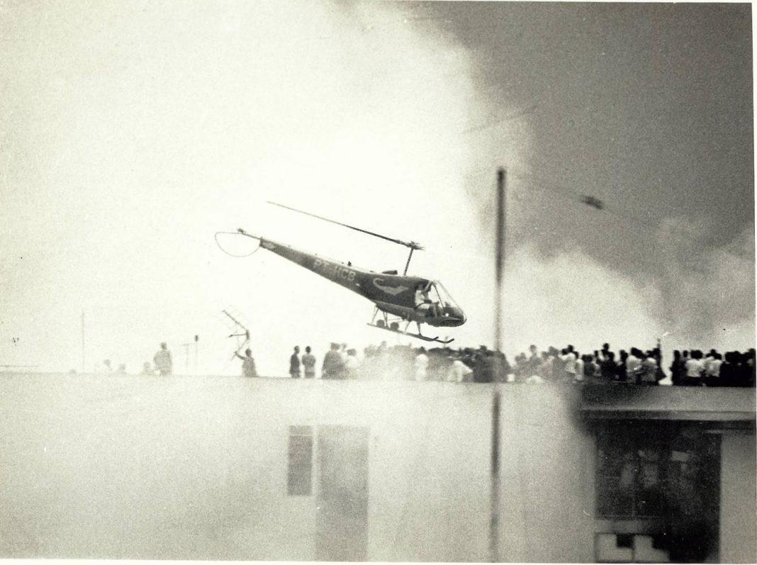 Helicóptero Enstron pilotado pelo Comandante Cláudio Finatti sobre o Edifício Andraus.