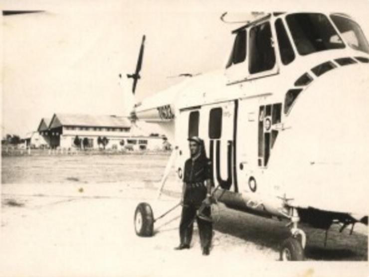 O então Sargento Moreira ao lado do helicóptero da ONU. Foto: Arquivo Pessoal.