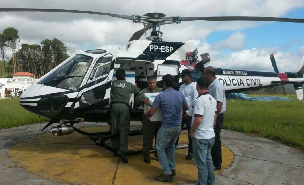 Helicóptero da Polícia Civil leva 80 mil vacinas contra a febre amarela para o interior de Minas