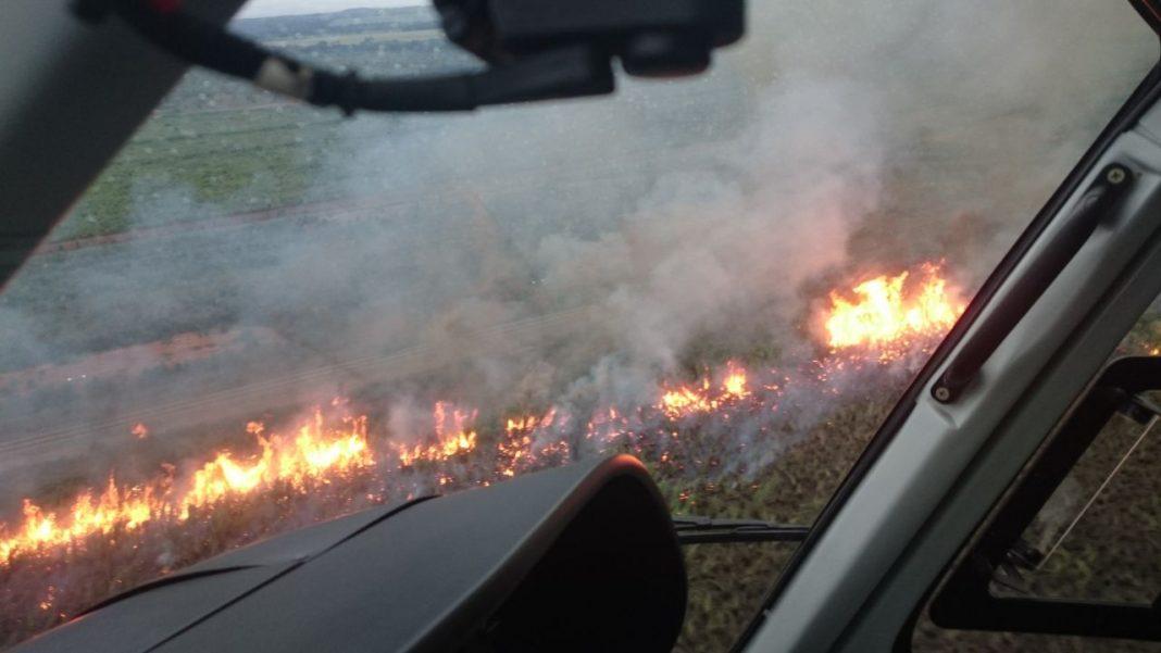 Helicóptero da Segurança Pública de Tocantins atua no combate a incêndio no Distrito de Luzimangues