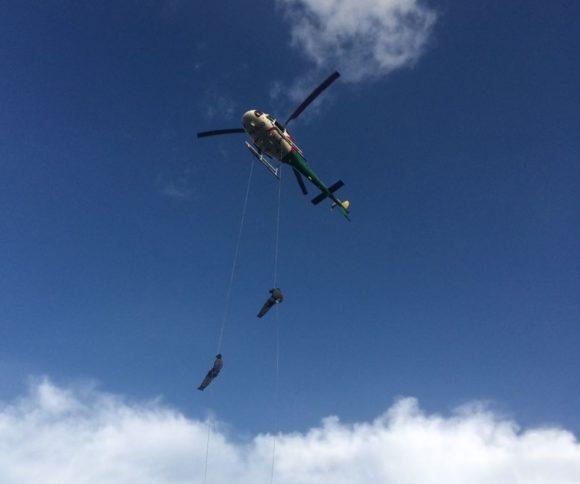 Os tripulantes operacionais treinam rapel para resgate de vítimas (Foto: Assessoria Sesp)