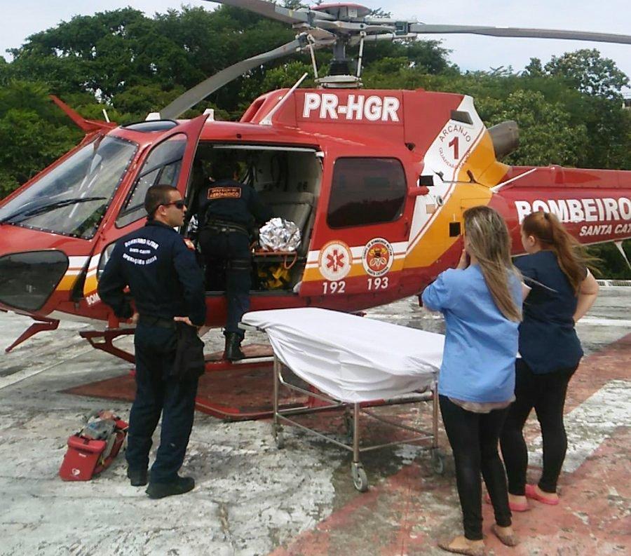 Paciente sendo entregue pelo helicóptero Arcanjo 01 no Hospital Regional de São Jose.