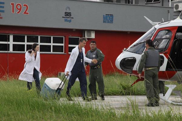 Equipe médica transportou os órgãos no helicóptero Águia. (Foto: Eisner Soares)