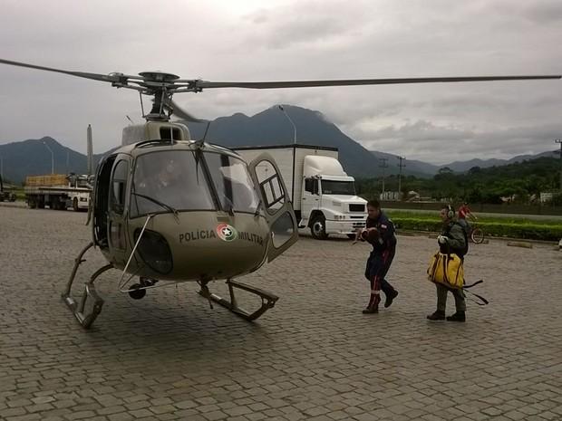 Criança foi levada de helicóptero ao hospital (Foto: Polícia Militar/Divulgação)