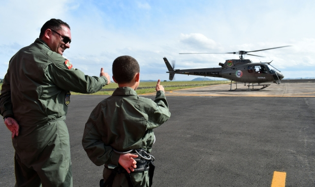 Garoto de Lages realiza o sonho de conhecer aeronave da Polícia Militar de SC