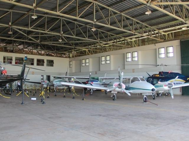 Aeronaves, quatro aviões e dois helicópteros, ficam no hangar do Governo no Aeroporto de Campo Grande. (Foto: Marcos Ermínio).