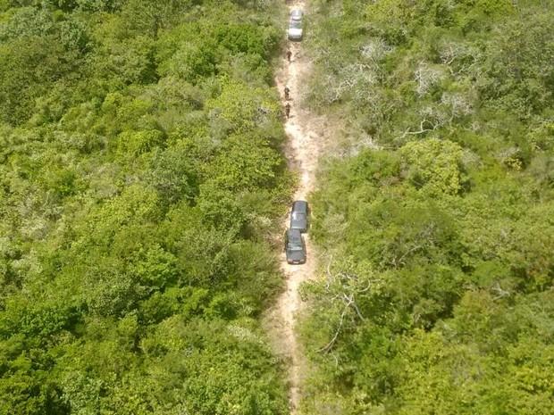 Veículos foram encontrados em estrada de barro em meio ao canavial (Foto: Divulgação / PM)