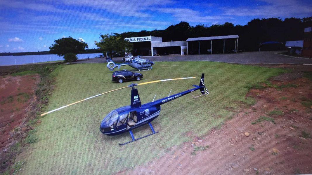 Helicóptero da Receita Federal intercepta barco com cigarros contrabandeados no Lago de Itaipu